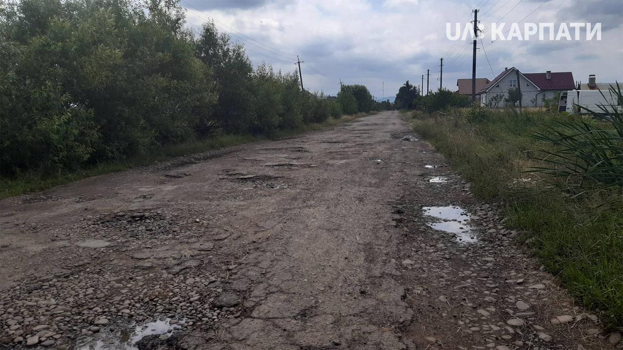 Жителі Рожнятівщини вимагають ремонту дороги (фоторепортаж)