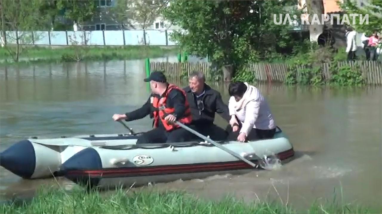 Рятувальники допомагають жителям підтоплених населених пунктів Прикарпаття