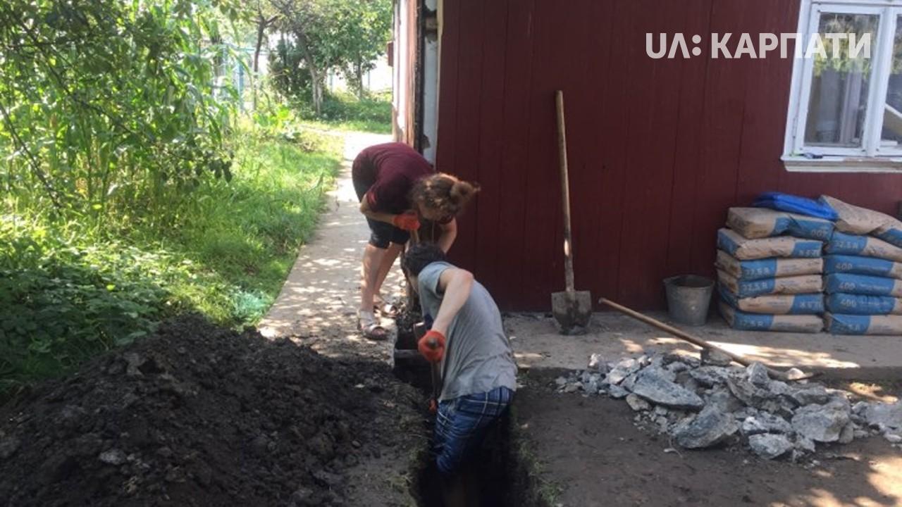 Волонтери допомагають надвірнянським сім'ям відремонтувати помешкання